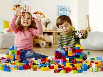 Kinder-mit-Lego-Duplo-Steinen.jpg