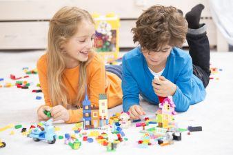 Kinder mit Lego Steinen